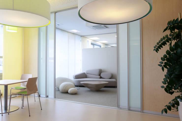Puertas y ventanas de estilo  por K&R Design GmbH
