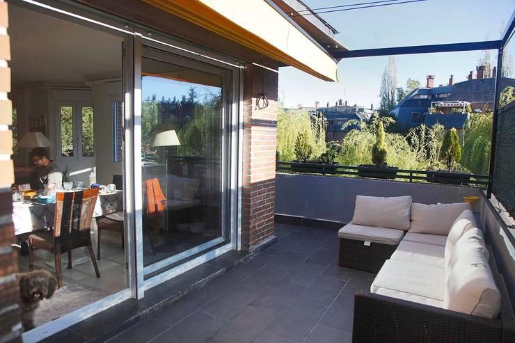 Balcones unidos para crear un espacio: Terrazas de estilo  por JCandel