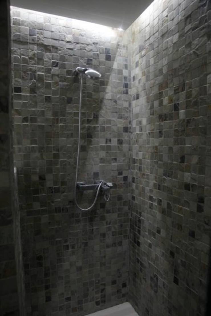 Baño en piedra de la India: Baños de estilo  por JCandel