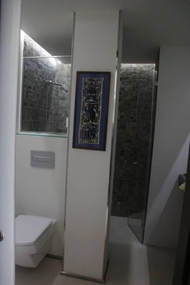 Tazas suspendidas& detalles acero inoxidable: Baños de estilo  por JCandel