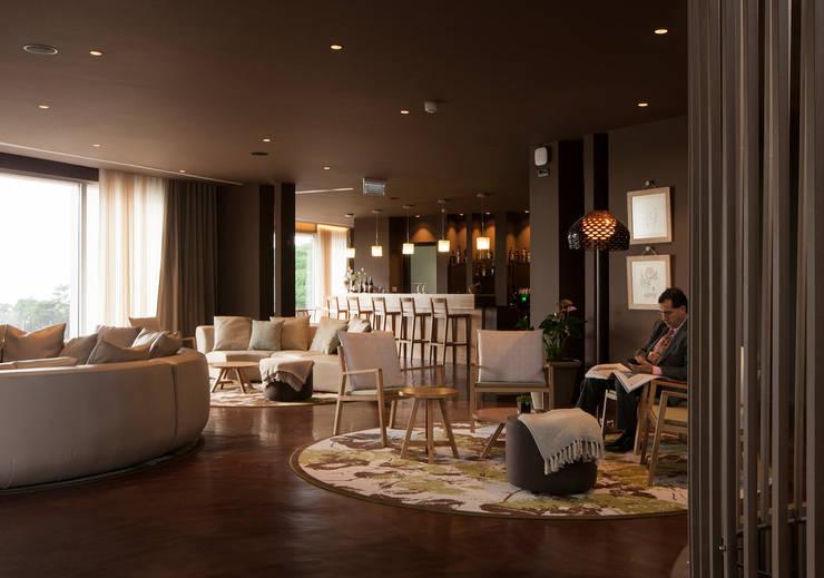 Loby do Hotel: Hotéis  por Tralhão Design Center