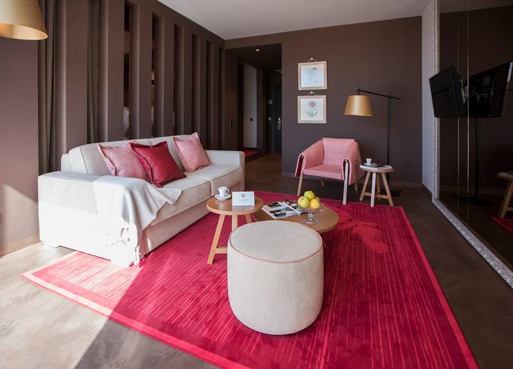 Temática da suite alusiva à papoila: Hotéis  por Tralhão Design Center