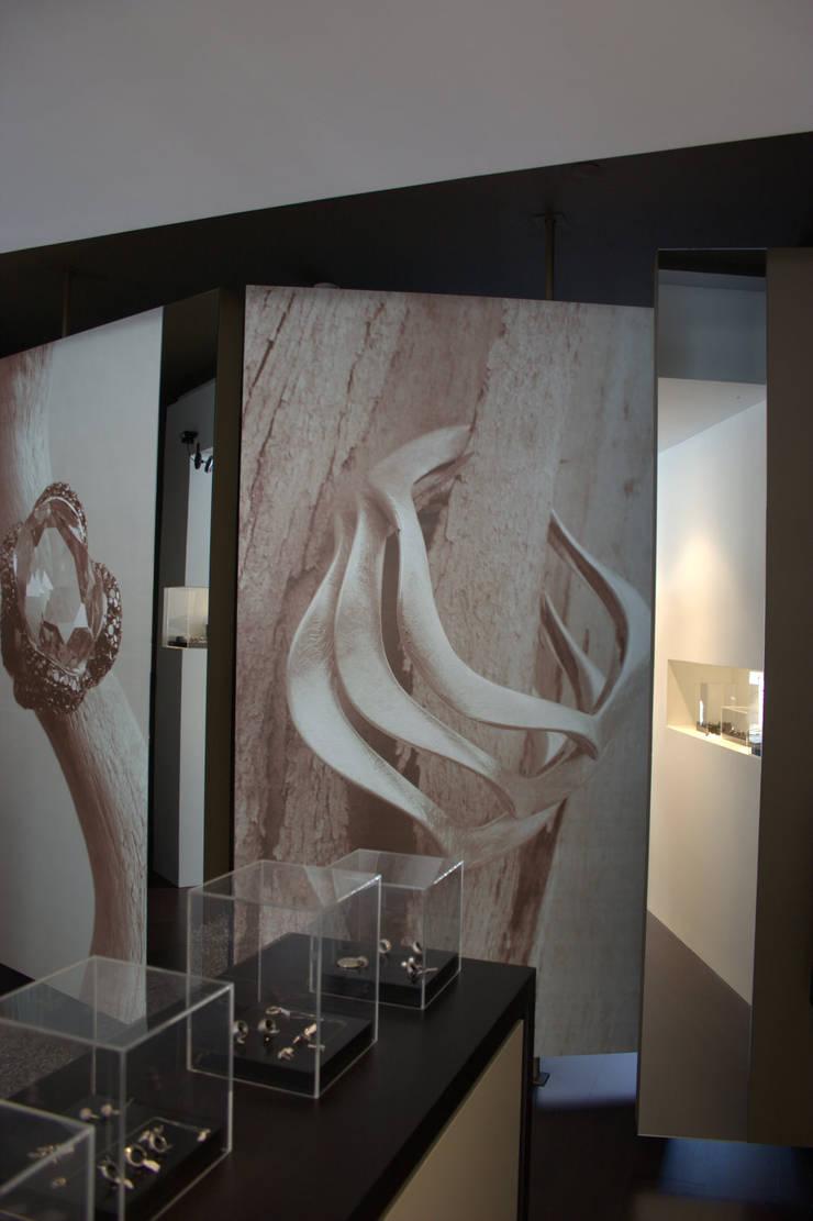 Loja Cacciatrice – Jóias actuais: Paredes  por Neourb - arquitectura