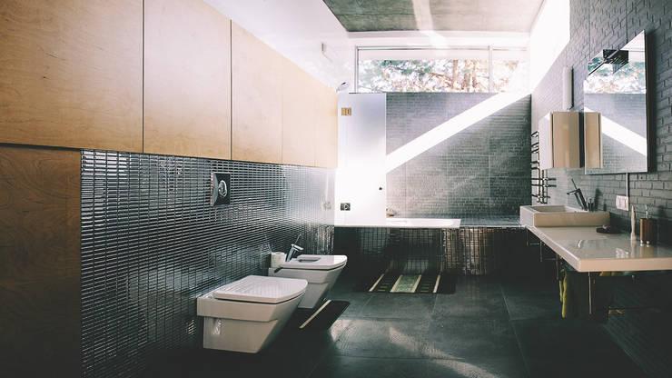 K–house: Ванные комнаты в . Автор – yurima architects,