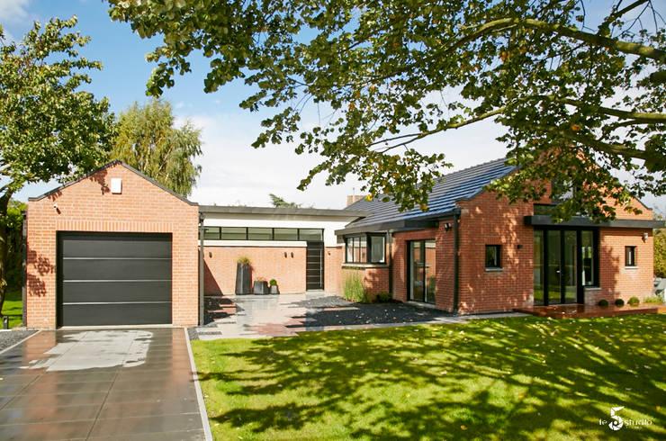 Modernisation de la cour intérieure et création du volume d'entrée: Maisons de style  par Emilie Bigorne, architecte d'intérieur CFAI