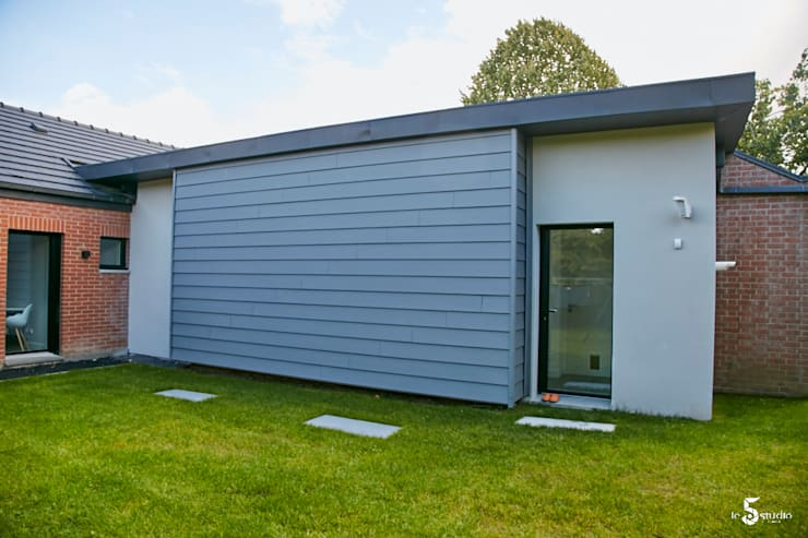 l'arrière de l'extension d'entrée: Maisons de style  par Emilie Bigorne, architecte d'intérieur CFAI