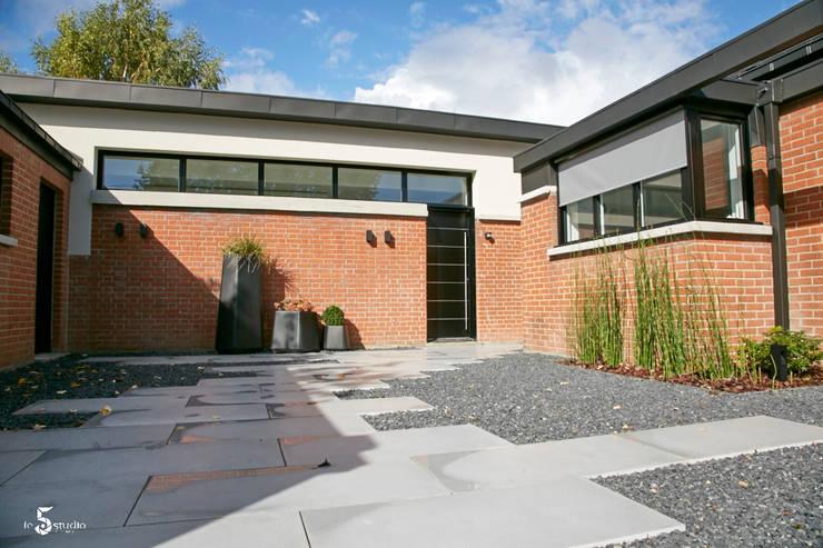 La cour d'entrée: Maisons de style  par Emilie Bigorne, architecte d'intérieur CFAI