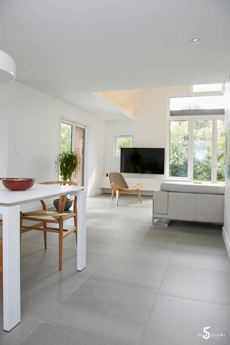 la salle à manger s'ouvre sur le salon: Salle à manger de style  par Emilie Bigorne, architecte d'intérieur CFAI