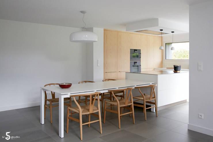 une cuisine fonctionnelle et épurée: Cuisine de style  par Emilie Bigorne, architecte d'intérieur CFAI