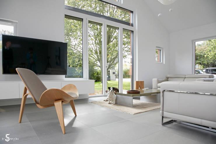 un salon lumineux: Salon de style  par Emilie Bigorne, architecte d'intérieur CFAI