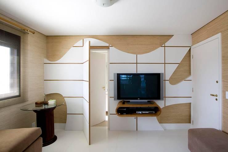 Ruang Keluarga Modern Oleh studio luchetti Modern