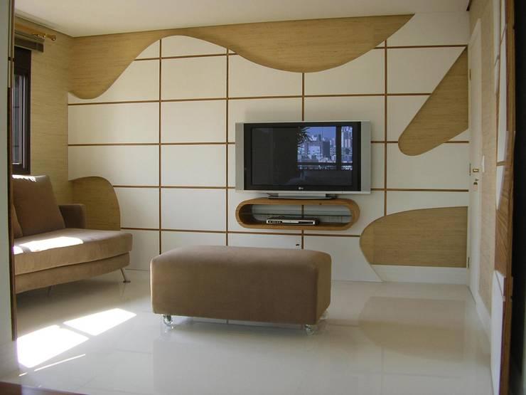 SPLASH – estar e home: Salas multimídia  por studio luchetti,Moderno