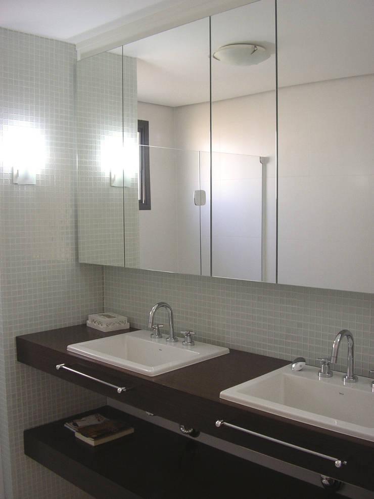 SPLASH – estar e home: Banheiros  por studio luchetti,Moderno