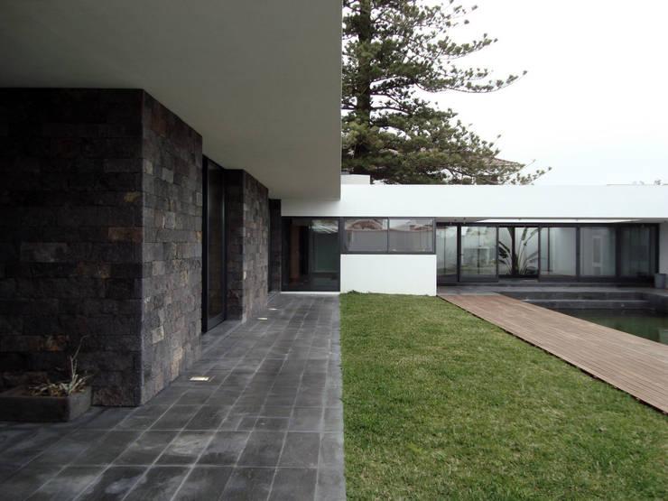 Casa LRS: Casas  por Pedro Mosca & Pedro Gonçalves, Arquitectos, Lda