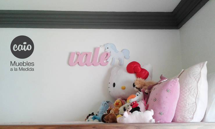"""Letrero """"Vale"""" con unicornio: Habitaciones infantiles de estilo  por Caio Espacios Infantiles"""
