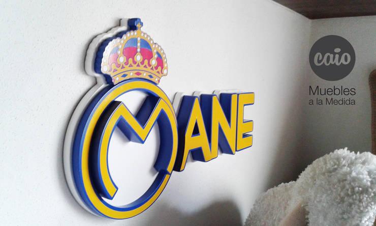 """Letrero """"Mane"""" con logo: Habitaciones infantiles de estilo  por Caio Espacios Infantiles"""