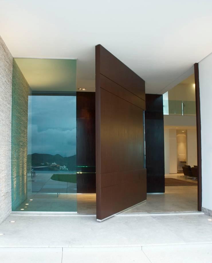 Porta Principal/ Casa Village Terrasse: Janelas   por Escritório de Arquitetura Sílvia Hermanny