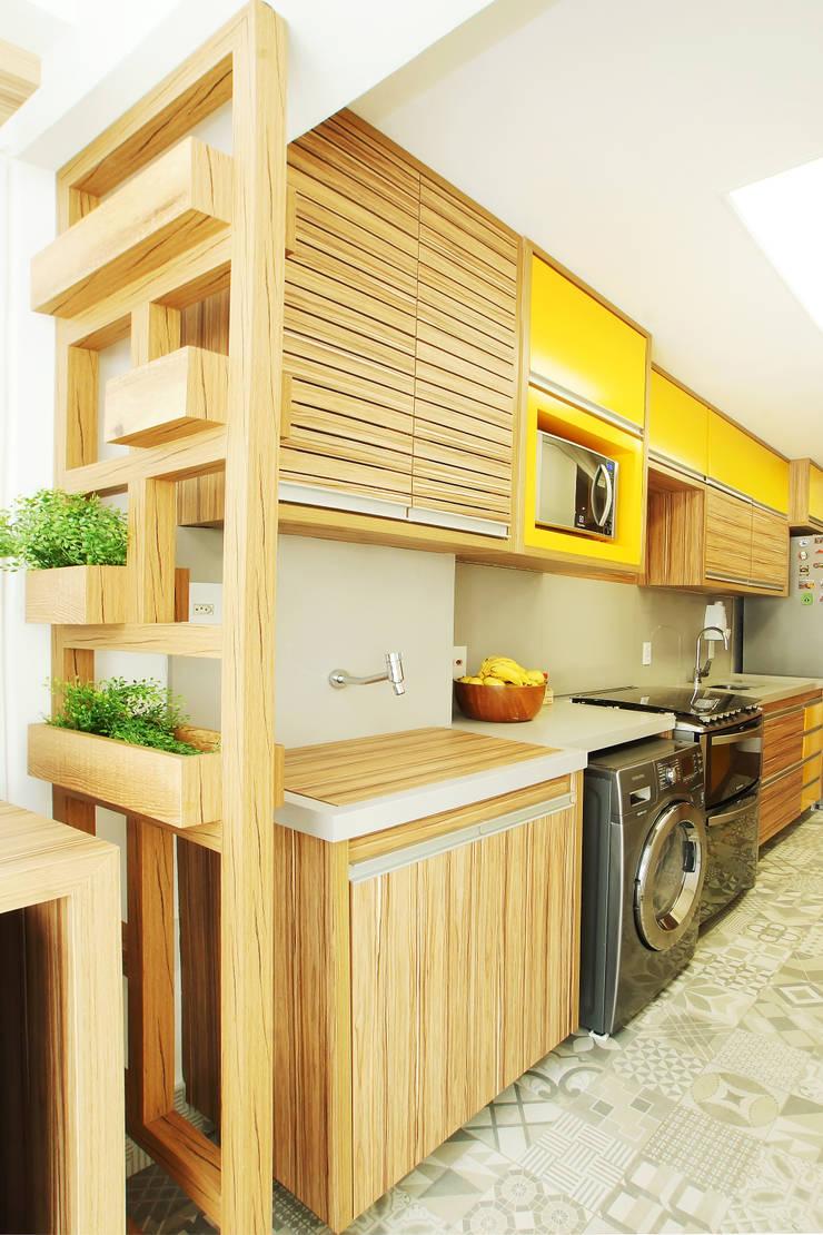 Cozinha e Lavanderia Integrada: Cozinhas  por Serra Vaz Arquitetura e Design de Interiores