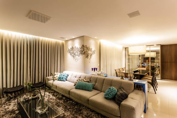 غرفة المعيشة تنفيذ Interiores Iara Santos