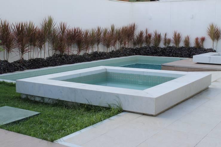 Casa MM: Piscinas  por Flavio Monteiro Arquitetos Associados