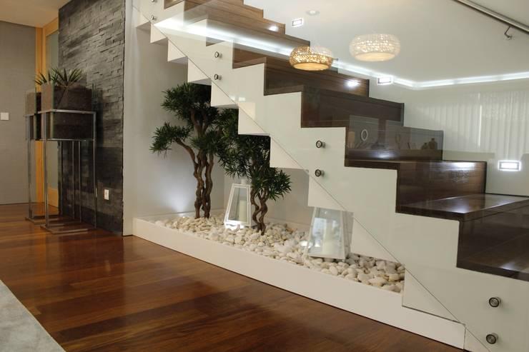 Couloir et hall d'entrée de style  par Grupo HC
