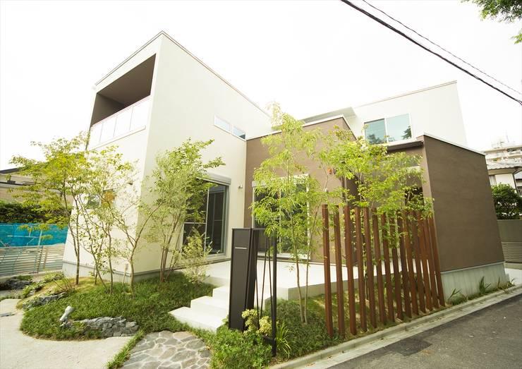 三角形の敷地に合わせて雁行する家のカタチ: ナイトウタカシ建築設計事務所が手掛けた家です。