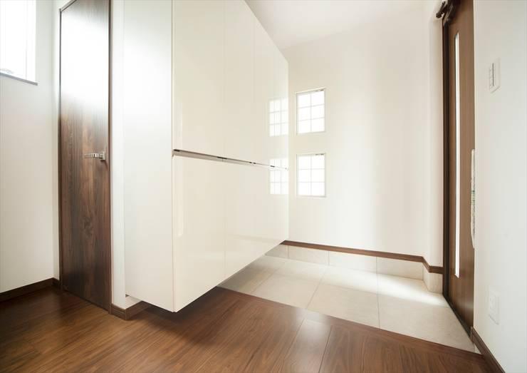 優しい光に包まれる玄関: ナイトウタカシ建築設計事務所が手掛けた廊下 & 玄関です。