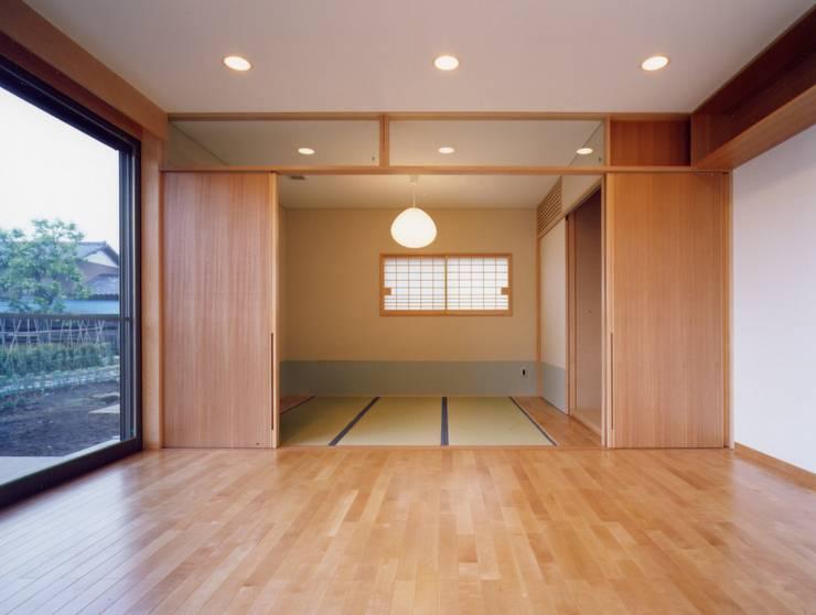麦畑のある家 モダンスタイルの寝室 の 池野健建築設計室 モダン 木 木目調