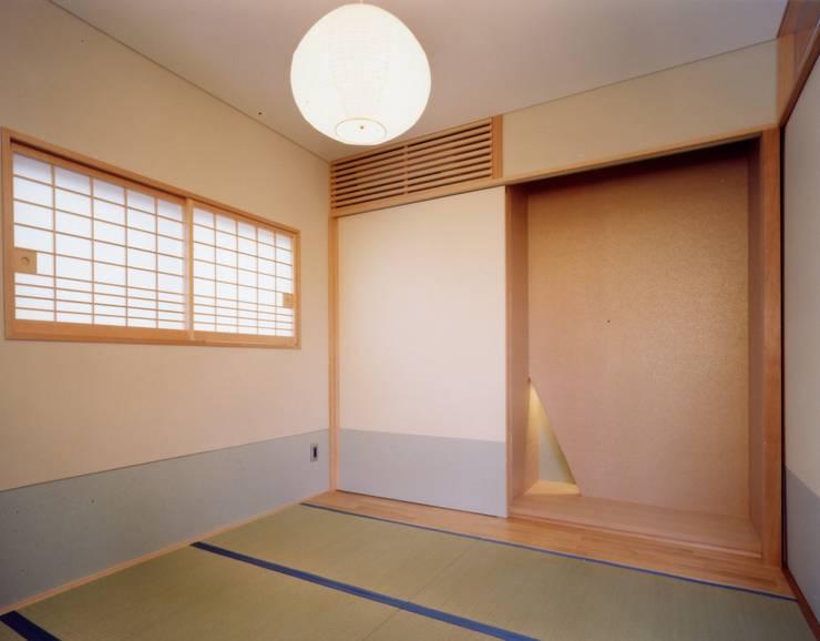 麦畑のある家 モダンスタイルの寝室 の 池野健建築設計室 モダン 紙