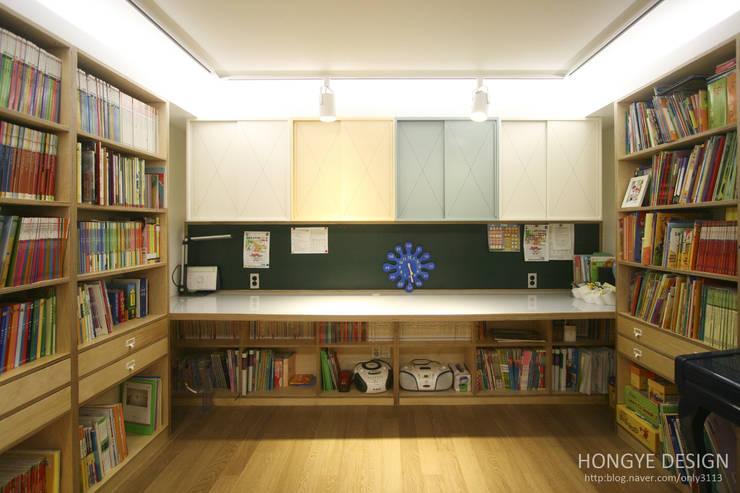 아이셋과 부모님이 함께 사는 집_48py: 홍예디자인의  서재 & 사무실