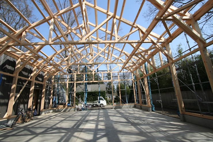 KONARAHOUSE工場: 木造トラス研究所・株式会社 合掌が手掛けた家です。,クラシック 木 木目調
