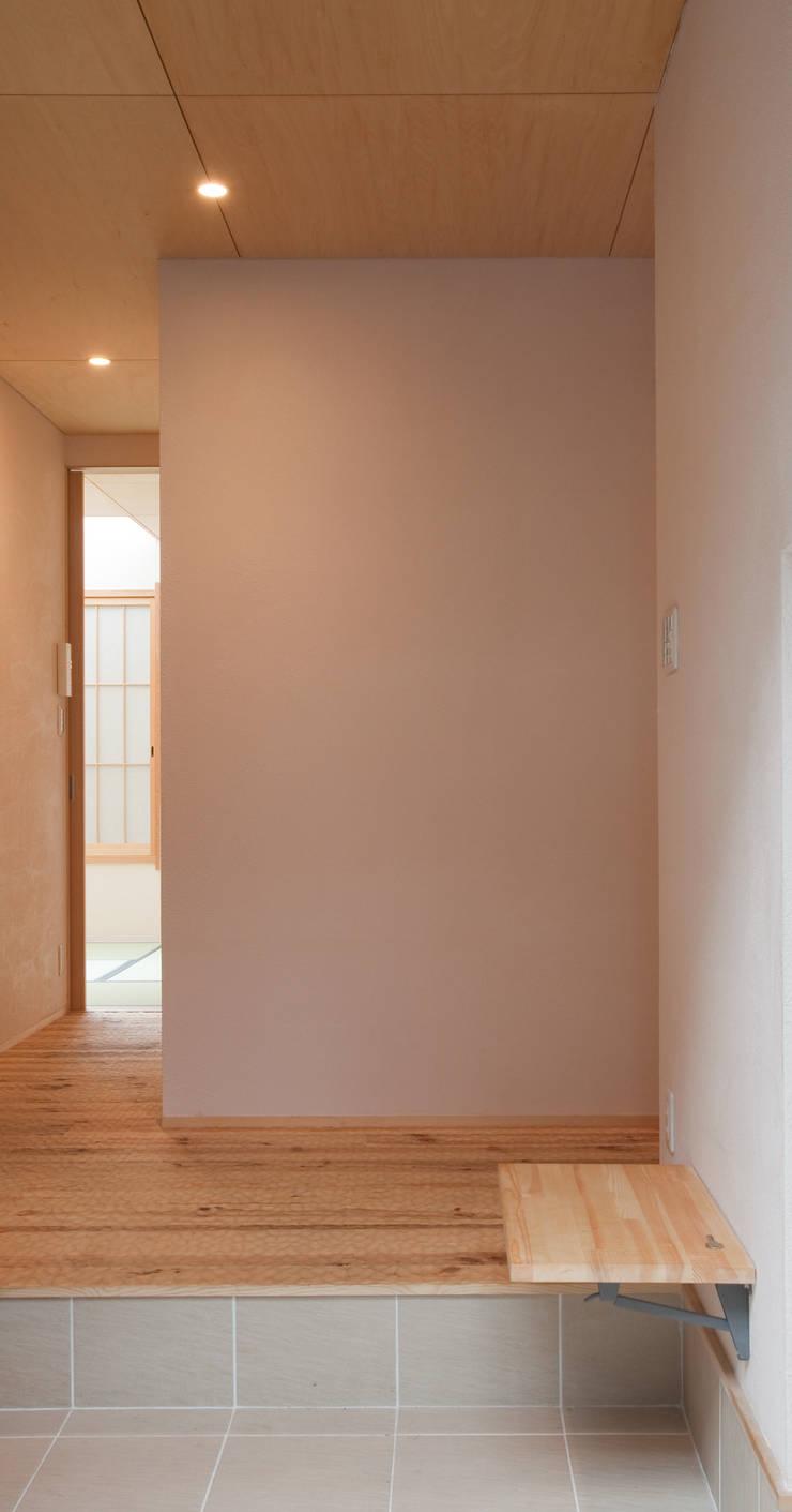 高槻の家: 株式会社 atelier waonが手掛けた廊下 & 玄関です。,