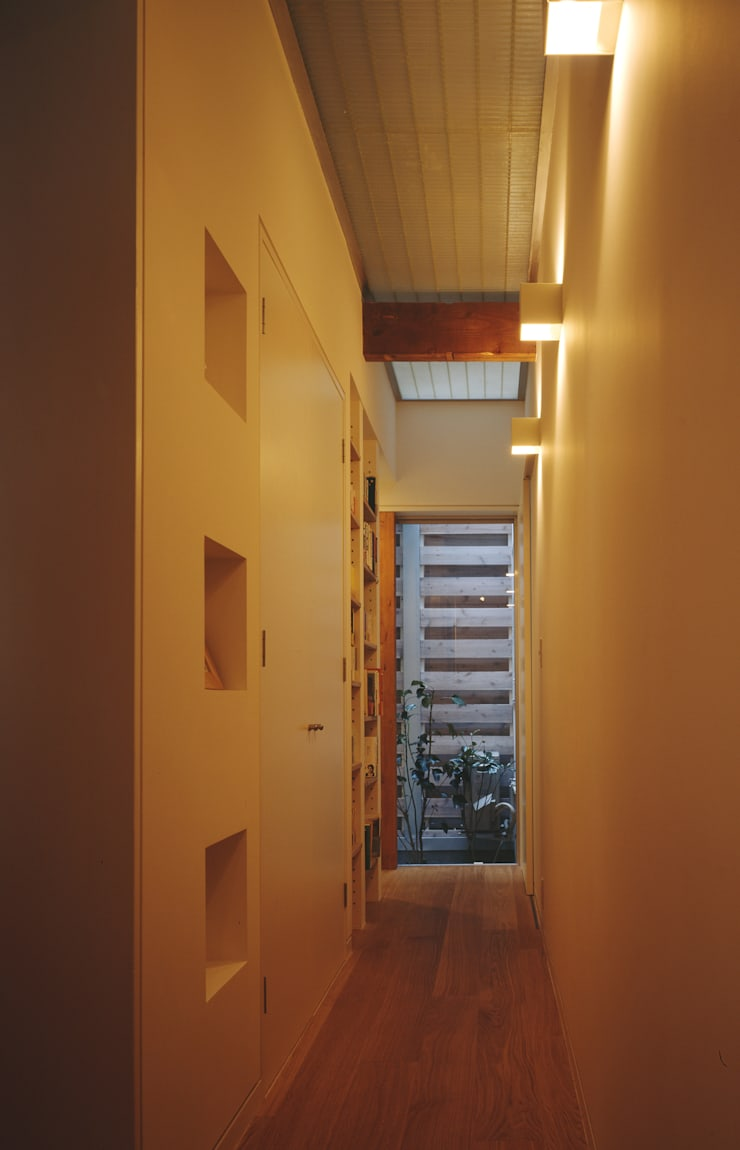 1階廊下: atelier mが手掛けた廊下 & 玄関です。,