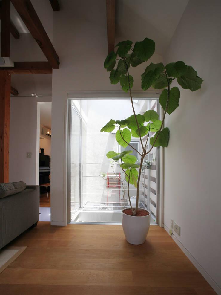 1坪の光庭: atelier mが手掛けたテラス・ベランダです。,