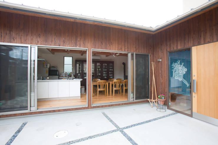 Projekty,  Domy zaprojektowane przez 株式会社 atelier waon, Nowoczesny