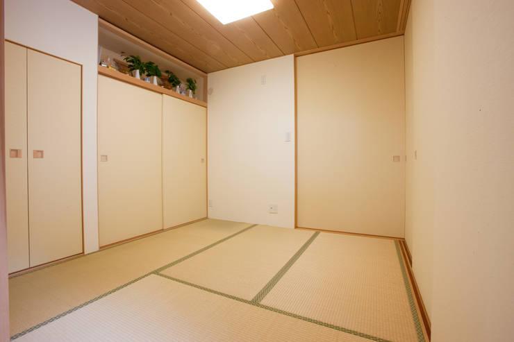 Projekty,  Pokój multimedialny zaprojektowane przez 株式会社 atelier waon, Nowoczesny