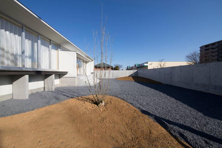 陽だまりの家: 有限会社 宮本建築アトリエが手掛けた庭です。,