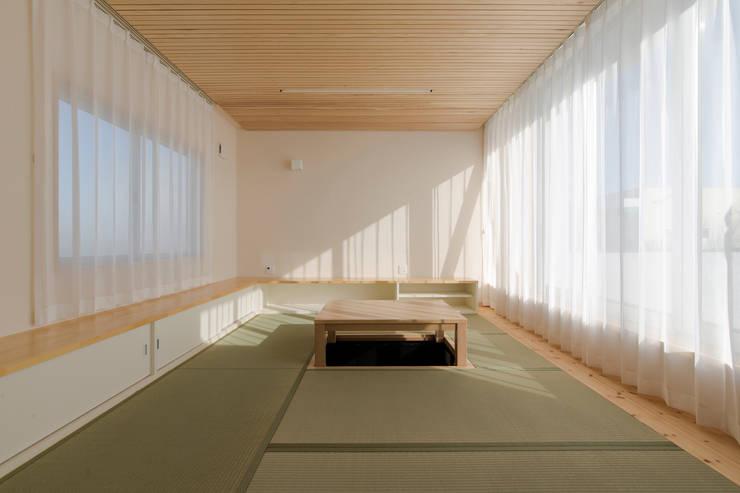 ห้องนั่งเล่น by 有限会社 宮本建築アトリエ