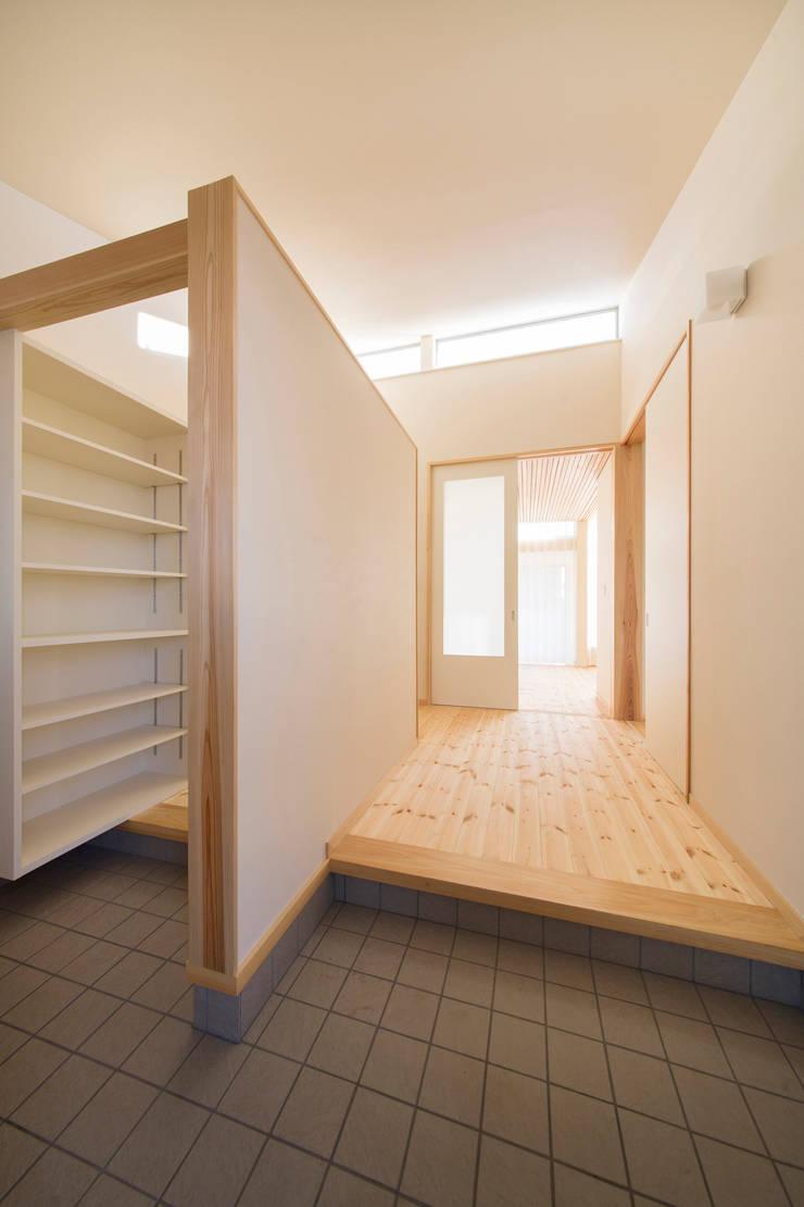 陽だまりの家: 有限会社 宮本建築アトリエが手掛けた廊下 & 玄関です。,
