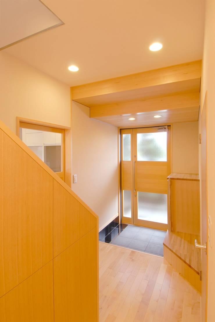 川越の住継ぐ家: 池野健建築設計室が手掛けた廊下 & 玄関です。