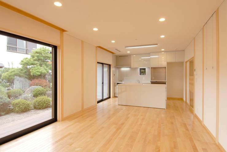 川越の住継ぐ家: 池野健建築設計室が手掛けたリビングです。,モダン