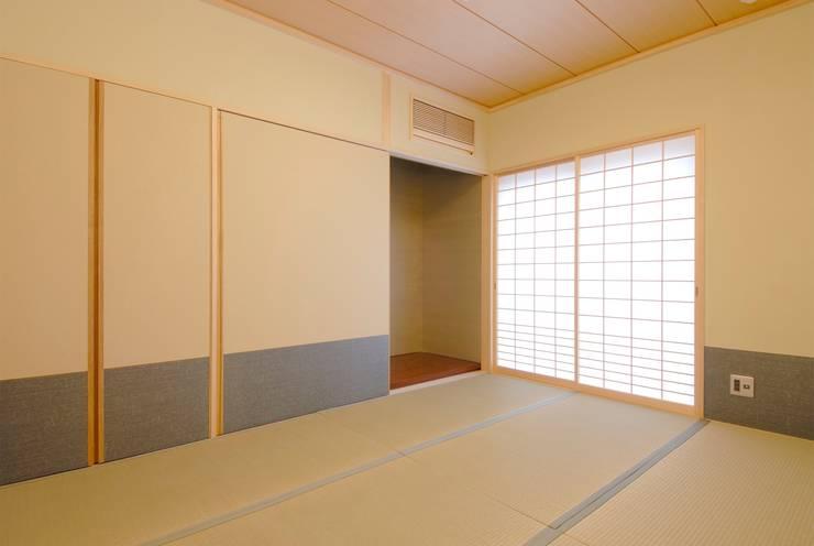 川越の住継ぐ家: 池野健建築設計室が手掛けた寝室です。