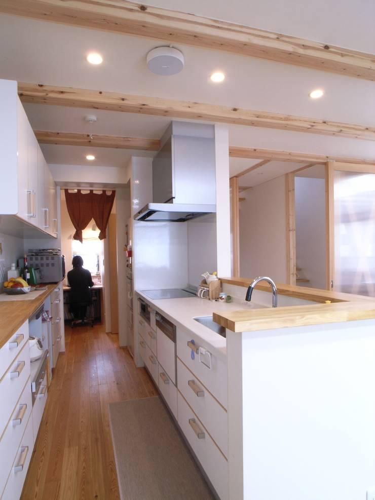 鷹匠町の家: 株式会社 atelier waonが手掛けたキッチンです。