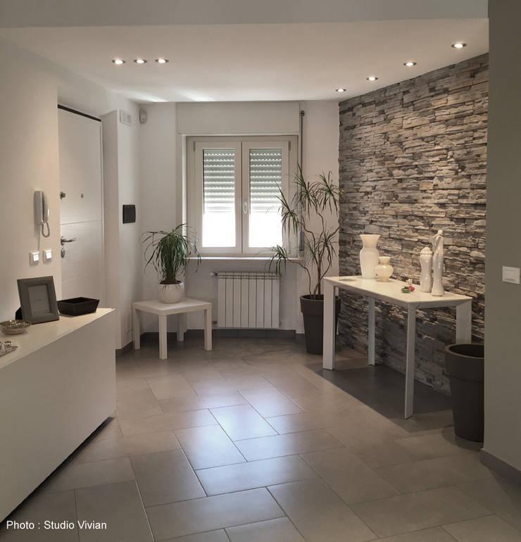 Casa P: Ingresso & Corridoio in stile  di Studio Vivian