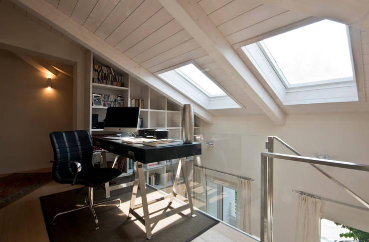 studio nella zona soppalcata: Soggiorno in stile in stile Eclettico di bilune studio