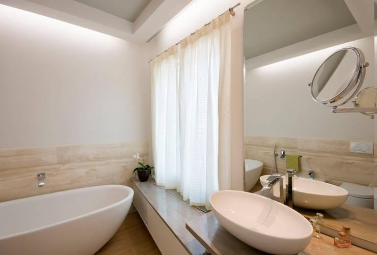 bagno padronale: Bagno in stile  di bilune studio