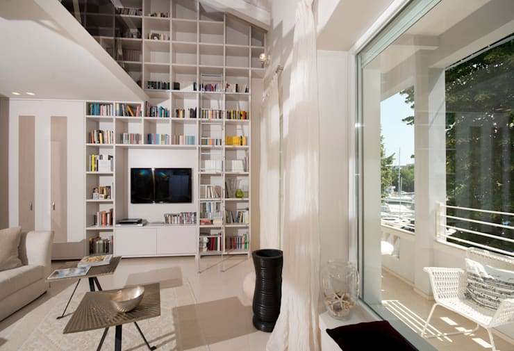 libreria del soggiorno: Soggiorno in stile  di bilune studio