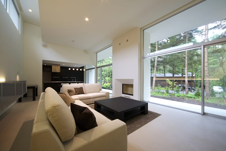 house in karuizawa: 株式会社廣田悟建築設計事務所が手掛けたリビングです。