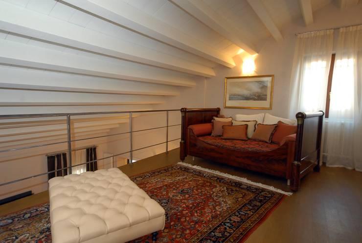 soppalco: Soggiorno in stile in stile Moderno di bilune studio