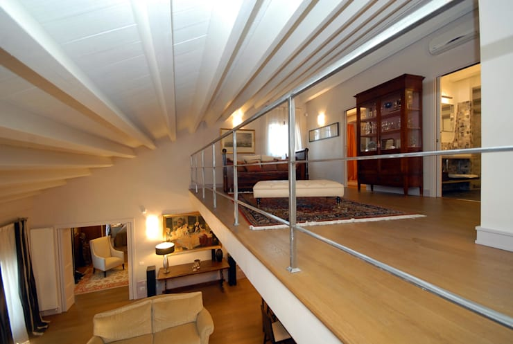 vista del soggiorno: Ingresso & Corridoio in stile  di bilune studio